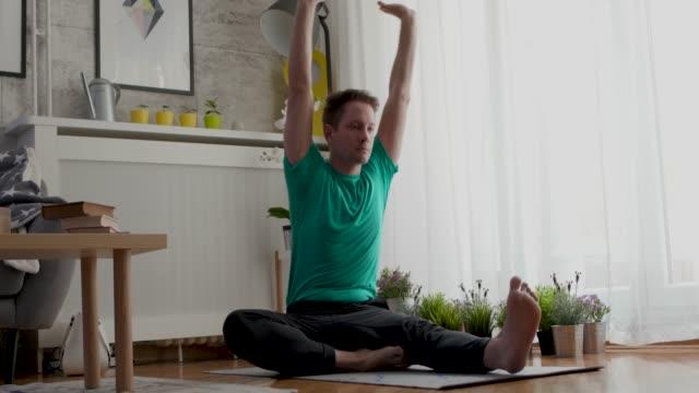 vidéos et rushes de séance de yoga - trentenaire