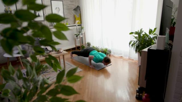 stockvideo's en b-roll-footage met yoga tijd - domestic room