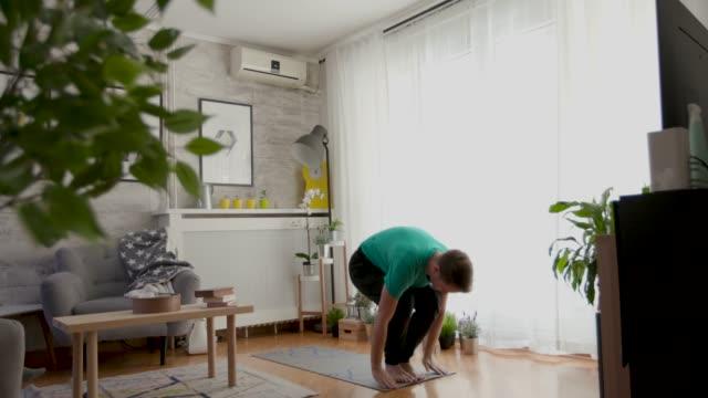 vídeos de stock, filmes e b-roll de tempo de ioga - tatame equipamento para exercícios