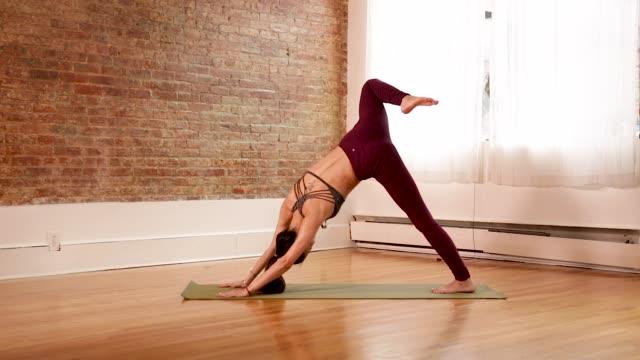 vídeos de stock e filmes b-roll de yoga - yoga