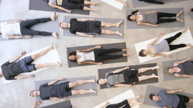 yoga  - gelassene person stock-videos und b-roll-filmmaterial