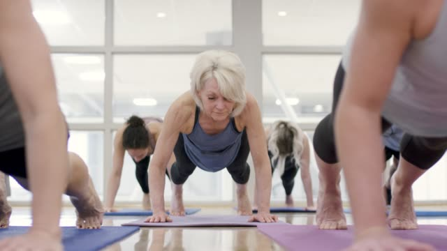 stockvideo's en b-roll-footage met yoga workout - healthclub
