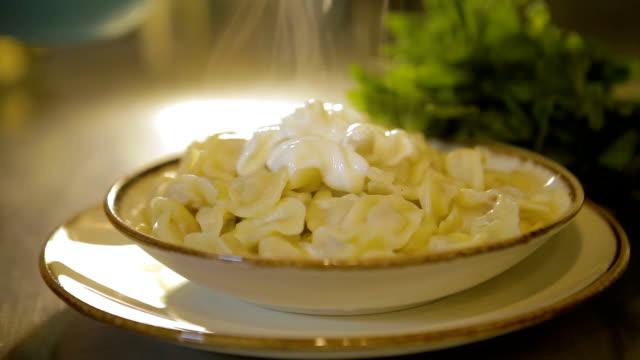 vídeos de stock, filmes e b-roll de iogurte sendo derramado sobre o manti - bolinho de massa