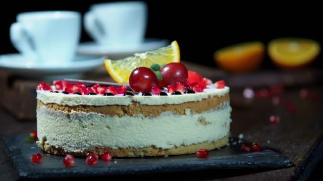 vidéos et rushes de gâteau de crème de yaourt - travelling sur chariot