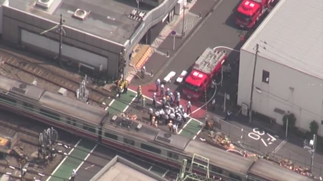 japan, sept. 5: more than 30 people were injured after a train collided with a truck and derailed thursday in yokohama, police and rescuers from the... - 脱線点の映像素材/bロール