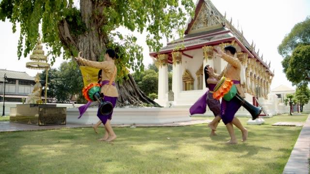 vídeos de stock e filmes b-roll de yonung asian thailand traditional wood drum dance show.4k slowmotion. - arte, cultura e espetáculo