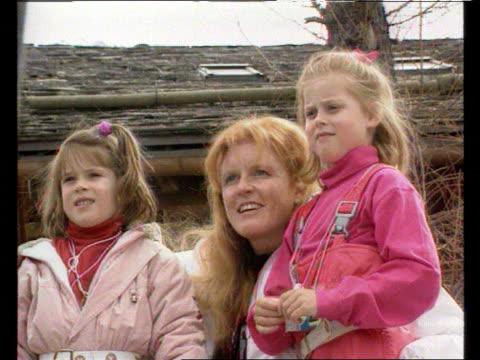 vídeos y material grabado en eventos de stock de verbier: ext seq duchess with princesses beatrice & eugenie as pose for photocall on skiing holiday - vacaciones en la nieve