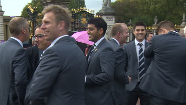 yorkshire county cricket team attend event with prince philip at buckingham palace. shows exterior shots yorkshire county cricket team members... - squadra di cricket video stock e b–roll
