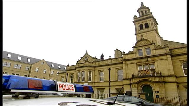 vídeos de stock e filmes b-roll de yorkshire ripper hoaxer admits guilt; england: yorkshire: halifax police station: ext halifax police station with police light on top of car in... - yorkshire