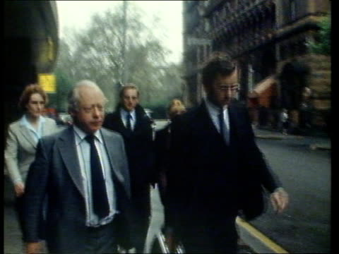 yorkshire ripper trial ms dr milne lr to taxi eng rerun tx itn see 'a' - gerichtsverhandlung stock-videos und b-roll-filmmaterial