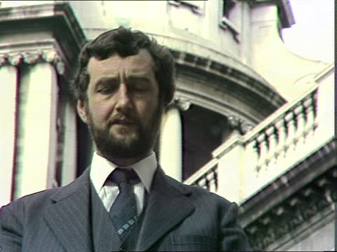 """yorkshire ripper trial; england: london: old bailey ext ken rees: sof: """"details of the alleged """" - オールドベイリー点の映像素材/bロール"""