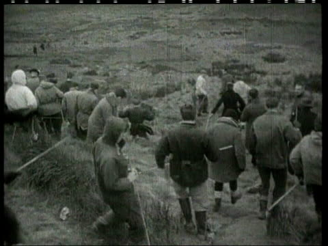 yorkshire: saddleworth moor: b/w body of victim carried from moor on stretcher b/w sequence people searching the moor for victims of hindley and... - b rolle stock-videos und b-roll-filmmaterial