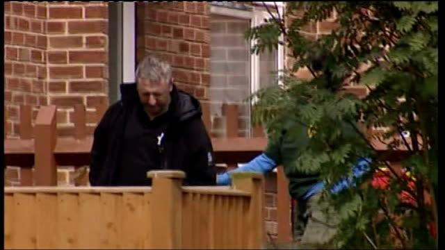 vídeos de stock e filmes b-roll de yorkshire scarborough ext police outside house where man holding six year old girl hostage - scarborough reino unido