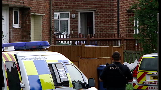 yorkshire scarborough ext police outside house where man is holding six year old girl hostage - 英国スカーブラ点の映像素材/bロール