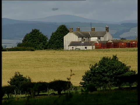yorkshire: skipton: ext lms farmhouse and other buildings gv fields and distant hills - スキップトン点の映像素材/bロール