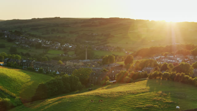 yorkshire village di haworth al tramonto - colpo di drone - uk video stock e b–roll