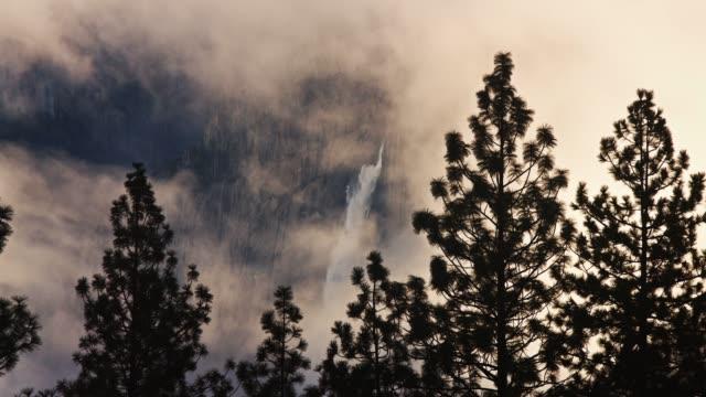 yosemite falls i vintern dimma - yosemite nationalpark bildbanksvideor och videomaterial från bakom kulisserna
