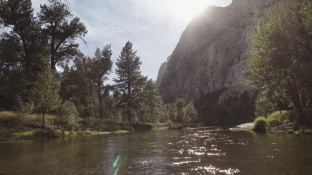 yosemite national park, kalifornien - merced fluss stock-videos und b-roll-filmmaterial