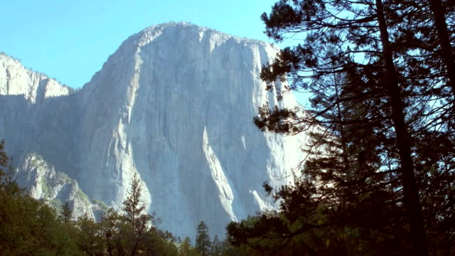 stockvideo's en b-roll-footage met yosemite national park: rijden - nationaal monument beroemde plaats