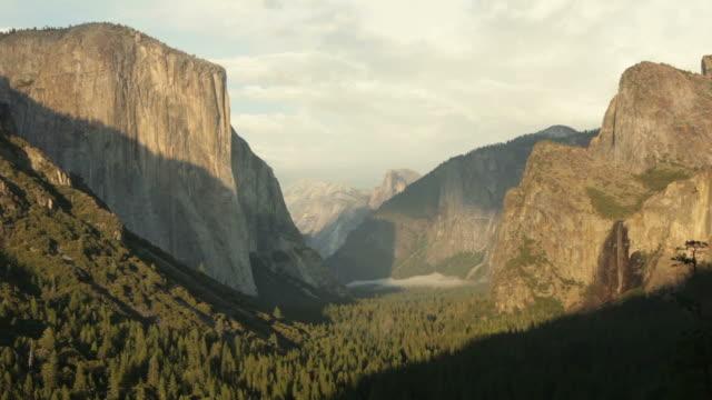 vídeos de stock, filmes e b-roll de parque nacional de yosemite vale de penhascos de granito serra nevada-califórnia - parque nacional