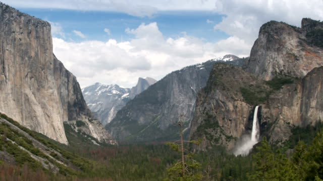 yosemite valley und bridalveil falls im yosemite national park. rauschen des wasserfalls. - yosemite nationalpark stock-videos und b-roll-filmmaterial