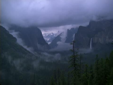 vídeos de stock, filmes e b-roll de yosemite valley from inspiration point - cachoeira bridalveil yosemite