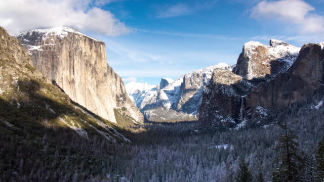 panorama winterlandschaft yosemite valley - felswand stock-videos und b-roll-filmmaterial
