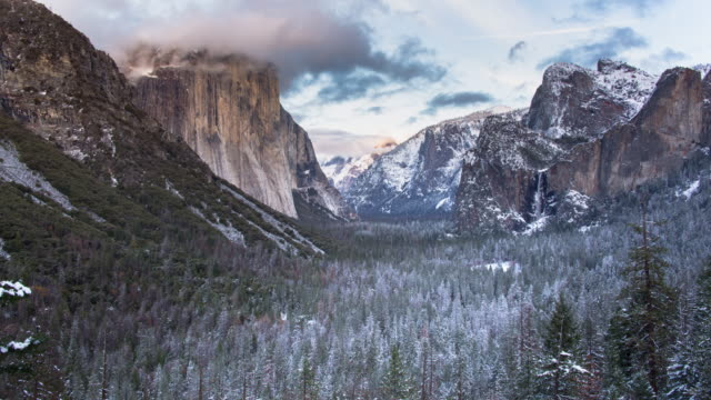 yosemite valley panorama winter sonnenuntergang landschaft - nationalpark stock-videos und b-roll-filmmaterial