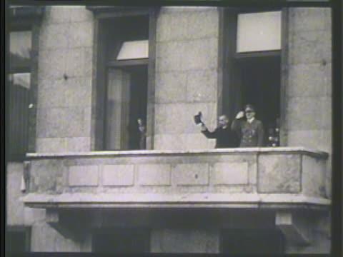 stockvideo's en b-roll-footage met yosuke matsuoka & adolf hitler appearing on balcony. matsuoka saluting w/ hat, hitler next to him bg. vs crowds of germans cheering. matsuoka &... - verschijning