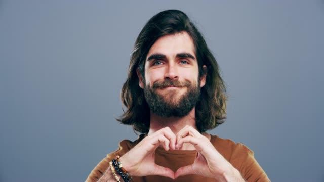 vídeos de stock e filmes b-roll de you always gain by giving love - moldar
