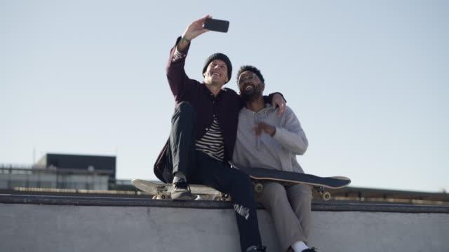 du findest immer neue freunde, wenn du beim skaten unterwegs bist - halfpipe stock-videos und b-roll-filmmaterial