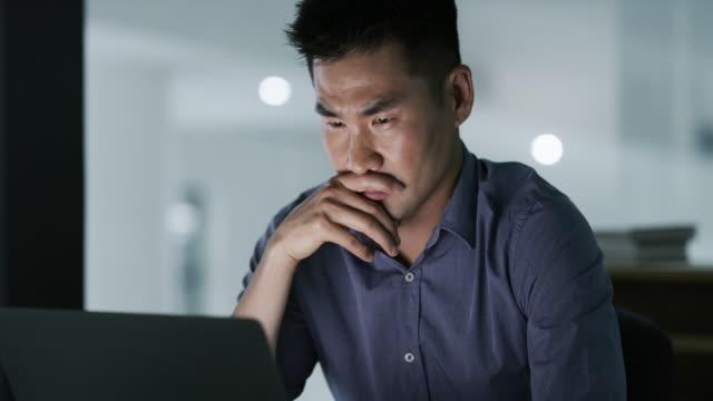 あなたは自分の心を決めたものなら何でもできる - コンピュータに向かう点の映像素材/bロール