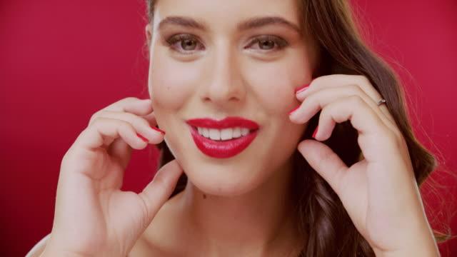 vidéos et rushes de vous ne pouvez jamais vous tromper avec le rouge - glamour