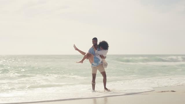 vídeos y material grabado en eventos de stock de ¡no puedes evitar el agua para siempre, mi amor! - pareja joven