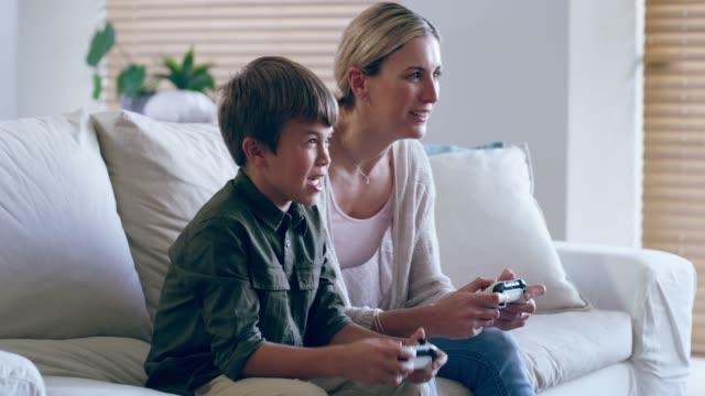 vídeos de stock, filmes e b-roll de você não pode vencer um profissional, mãe! - videogame