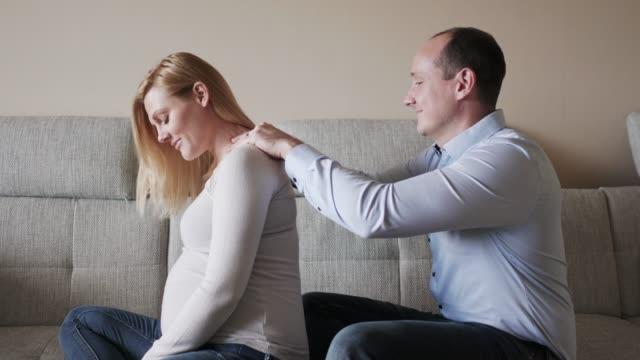 vidéos et rushes de vous méritez d'être qu'un peu gâté mon amour - massage femme enceinte