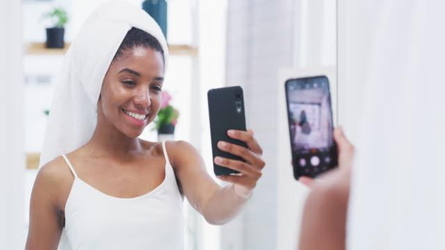 vídeos de stock, filmes e b-roll de você tem todas as razões para se sentir bem consigo mesmo. - tratamento de pele