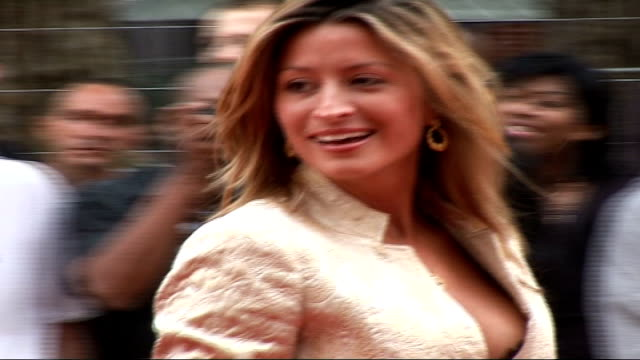 'you me and dupree' film premiere arrivals in london more of douglas speaking to press / back views of rebecca loos wearing gold jacket and black... - minikjol bildbanksvideor och videomaterial från bakom kulisserna