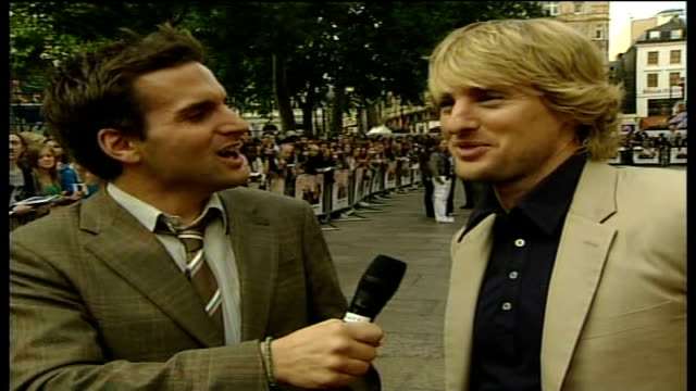 stockvideo's en b-roll-footage met 'you me and dupree' film premiere owen wilson live interview sot it's great to have premieres in leicester square because there is always a good turn... - steve coogan