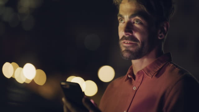 あなたは夜があなたを連れて行く場所を知らない - 若い男性一人点の映像素材/bロール