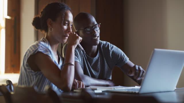 stockvideo's en b-roll-footage met je hebt nog steeds een boodschappenlijstje bij het winkelen online - financial bill