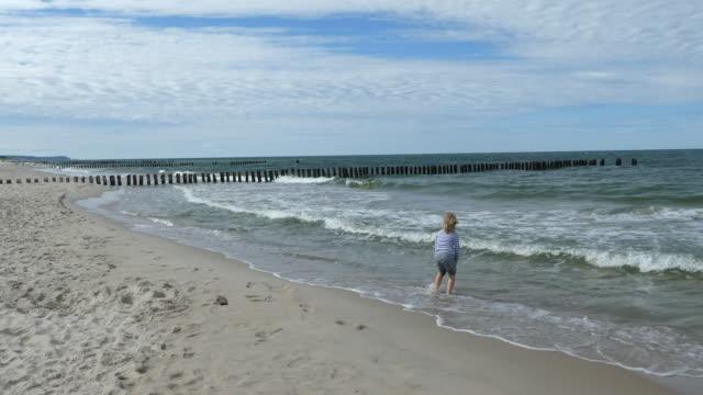 Volgens jongen speelt in de zee.
