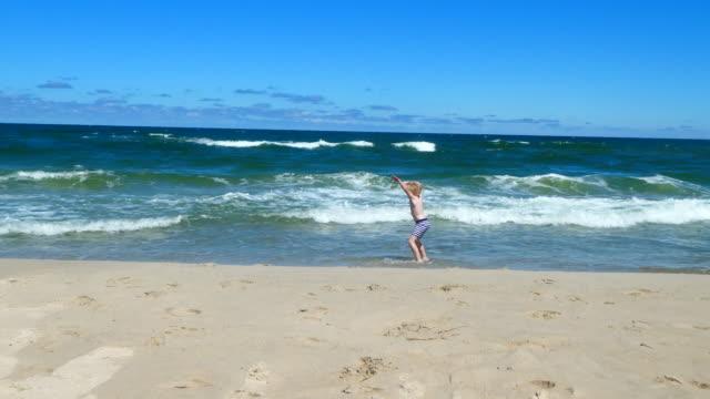 stockvideo's en b-roll-footage met volgens jongen speelt in de zee. - alleen jongens