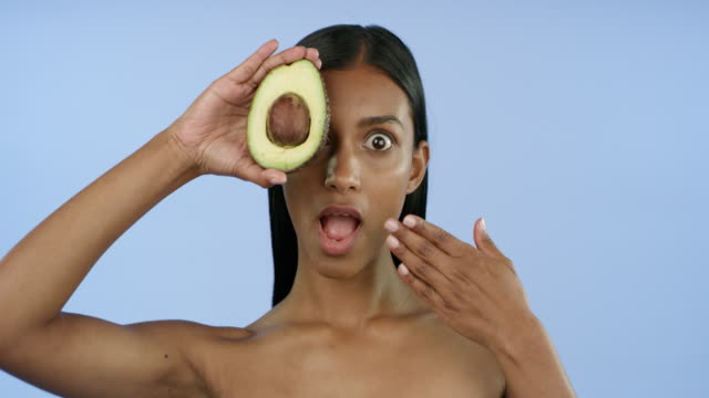 vídeos de stock e filmes b-roll de you'll be amazed at what avocado can do - cuidado com o corpo