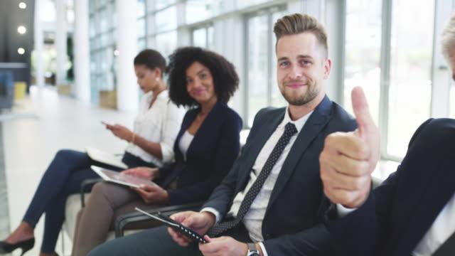 vídeos de stock e filmes b-roll de you'll find motivation online - procurar emprego