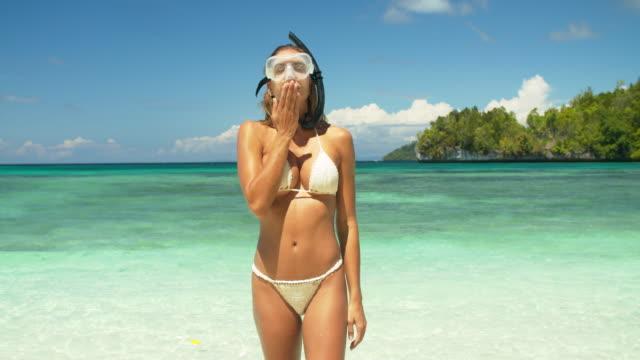 sie werden nie einen strandurlaub bereuen - hot kiss stock-videos und b-roll-filmmaterial
