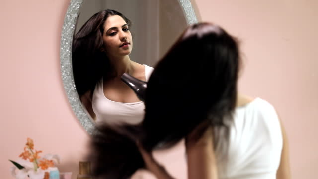 vidéos et rushes de youmg woman blow hair dryer, delhi, india - cheveux raides