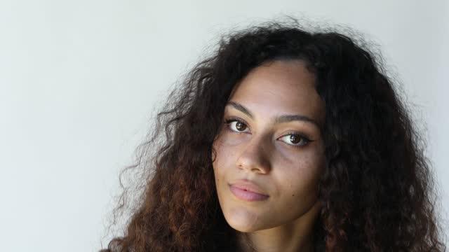 giovane donna australiana aborigena - minoranza video stock e b–roll