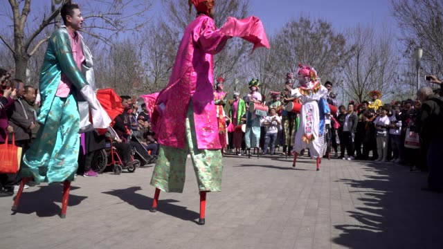 vídeos y material grabado en eventos de stock de young actors performance stilts on a temple fair to celebrate the birthday of buddha the folk arts of stilts are listed as chinese traditional... - stilts