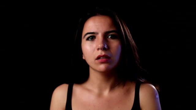 giovane attrice praticare le espressioni del viso - solo ragazze video stock e b–roll